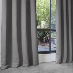 Zasłony okienne w kolorze jasnoszarym o wymiarach 140 x 260 cm idealnie zaciemnią domowe wnętrze marki Atmosphera