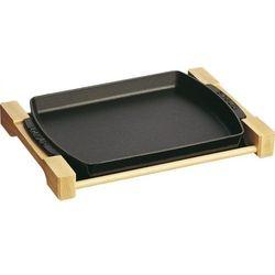 naczynie do pieczenia mięsa czarne prostokątne na drewnianej podstawce marki Staub