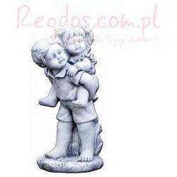 Figura ogrodowa betonowa chłopiec niosący dziewczynke 55cm