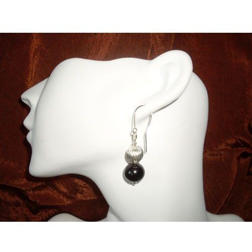 K-00011 Kolczyki ze szklanych czarnych perełek, z metalowym koralikiem, kolor czerwony