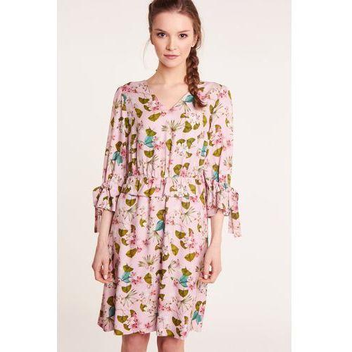 72346069 Beżowa sukienka kopertowa z falbankami (Mũso)