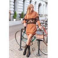 Luźna dresowa sukienka z koronkową wstawką - kamelowa