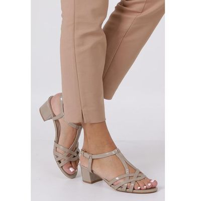 1a81933cb1d51 Beżowe sandały lakierowane na niskim obcasie ze skórzaną wkładką rt19x2/be  marki Casu casu.pl