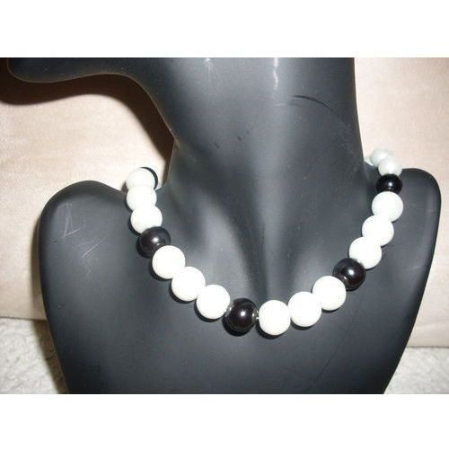 N-00032 Naszyjnik z perełek szklanych, czarnych i białych, 31-03-11