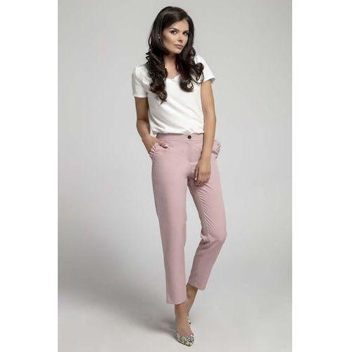 Jasnoróżowe eleganckie spodnie 7/8 z falbanką przy kieszeniach marki Nommo