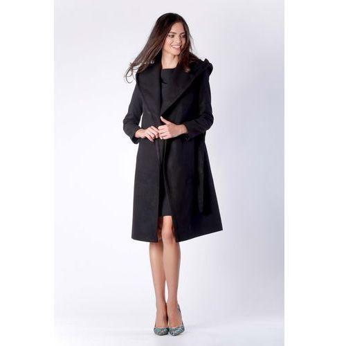 Elegancki czarny płaszcz z kapturem przewiązany paskiem marki Nommo