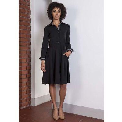 9e59101935 suknie sukienki czarna sukienka trapezowa z kokarda z tylu Lanti ...