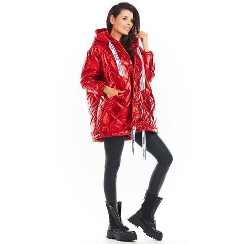 Czerwona lakierowana kurtka pikowana z kapturem