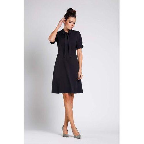 d52abc08f0 Czarna rozkloszowana wizytowa sukienka z wiązaniem przy dekolcie ...