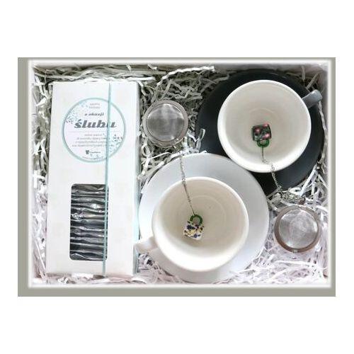 Cup&you cup and you Zestaw prezentowy z okazji ślubu wspólne chwile. zestaw 28 saszetek z herbatą w eleganckim dyspenserze, klasyczna szara i biała filiżanka ze spodkiem oraz dwa zaparzacze z uroczą zawieszką